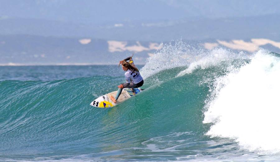 Pictured: Kirsty McGillivray (Nelson Mandela Bay) sweeps into a cutback on her way to scoring a perfect 10-point ride in the U15 girls'  quarterfinals at the Billabong SA Junior Champs at Jeffreys Bay Photo: (c) Ian Thurtell