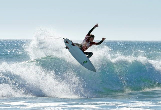 Beyrick de Vries flies to victory in the Vans Surf Pro Classic at YoYo's in Lamberts Bay Image: WSL / Thurtell